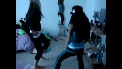Момиче си показва дупето докато танцува