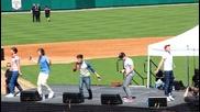 One Direction правят секси движения докато пеят Up All Night на Dr Pepper Ballpark - Далас