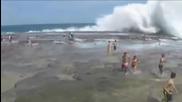 Свирепа вълна помете всички хора на плажа!