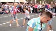 Момчета спретват добро улично шоу !!