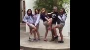 Как момчета и момичета си правят групова снимка