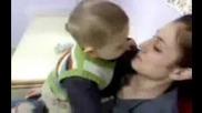 Майка не дава целувка на детето си