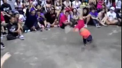 Хлапе скрива шапката на известен фрийстайлър