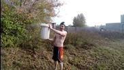 Руснак изля върху себе си кофа с течен азот