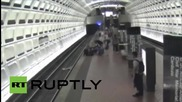 Спасяване на човек в инвалидна количка, паднал на релсите в метрото