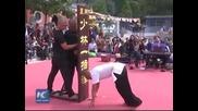 Шаолински монах се задържа 10 секунди на един пръст