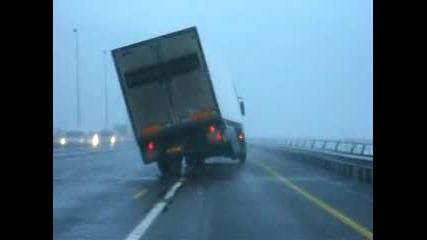 Силен Вятър Обръща Голям Камион