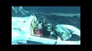 Спортен автомобил се движи във водата