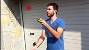 Човек реди Rubic Cube докато жунглира