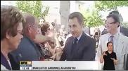 Мъж дърпа грубо президента Саркози