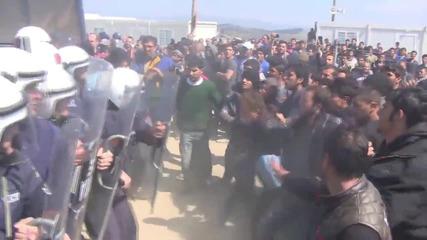 Сблъсъци между мигранти и полицаи в Идомени
