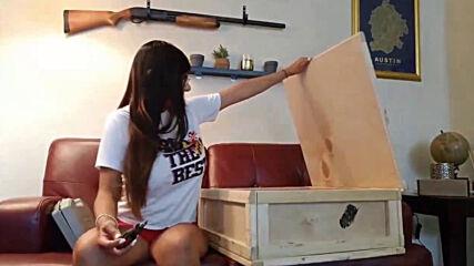 Миа Калифа показва какво се крие в кутията!?