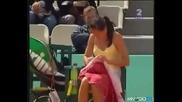 Тенесистка си сменя долните гащи на тенискорта