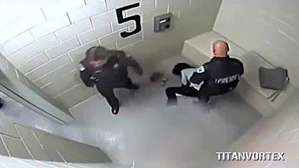 Полицаи размазват лицето на момиче в ареста, тя ги осъжда за 875 000 долара!