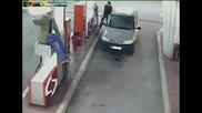 Поредния идиот прави маймунджилъци на бензиностанция