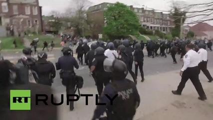 Протестиращите в Балтимор замерват полицаите с предмети
