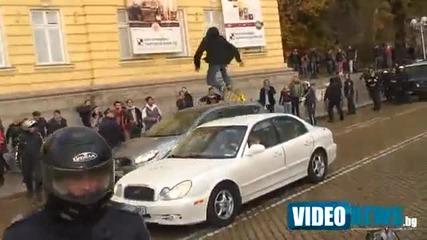Скачане върху колата на депутата Кутев: Екшън и на жълтите павета при излизането от Парламента