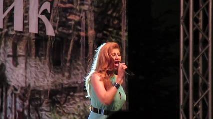 Нелина пее на Гръцки