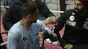 Боксьор на тренировка прави щуро трикче с което разсмя и респектира колегите си !