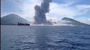 Изригващ вулкан заклаща лодка в морето