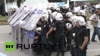 Turkey: Riot police use water cannon as nationalists attack HDP rally