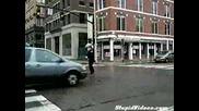 Полицай танцува и надува яко свирката