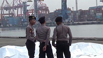 Индонезия: Продължава издирвателната операция след разбиването