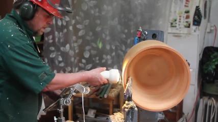 Вижте колко много труд положи този мъж за изработването на един абажур
