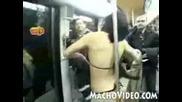 Жена прави стриптиз в автобуса