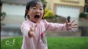 Детска радост. Малко момиченце се наслаждава на първият си дъжд : D