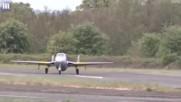 Малък самолет показа що е мощност още при излитане