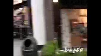 Зловеща шега ! Луд, маскиран крещи на улицата !