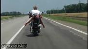 Ето как руснак прибира на мотор пияният си приятел