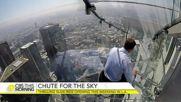 Ето какво е да се пързаляш върху стъкло на 304 метра височина