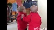 Бебе целува отражението си в огледалото