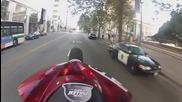 Полицай маха на моторист докато кара на една гума - Cops Wave Hi to Guy Riding a Wheelie