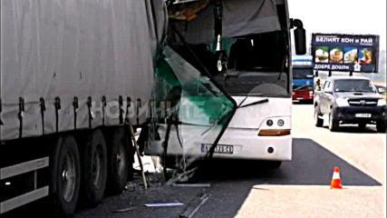 Тир и автобус се сблъскаха край Търговище