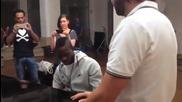 Балотели свири химна на Италия на пиано