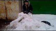 Дивак скача от гаражи в сняг :d