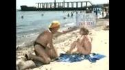 Мъж Опипва Мацки По Плажа - Скрита Камера