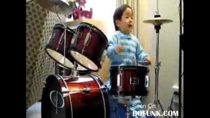 2 годишно дете свири диво на барабани