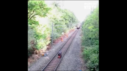 Герой спасява пиян велосипедист от насрещният влак.