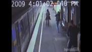 Бебе Пада Под Влак И Оцелява!