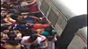 Качването във влак в Индия е трудна мисия