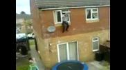 Луд мъж скача от 2 - рия етаж на къщата си !