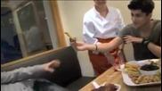Луи и Зейн се хранят взаимно , а Хари ревнува :дд
