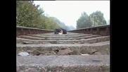 Мъж се Снима Докато Влака Преминава Над Него