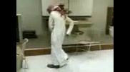 Арабин Играе Танца На Богомолката