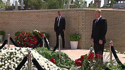 Russia: Putin pays respects to President Karimov at Samarkand tomb