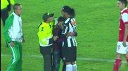 Фен нахлу на терена, за да прегърне Роналдиньо - Copa Libertadores 2014
